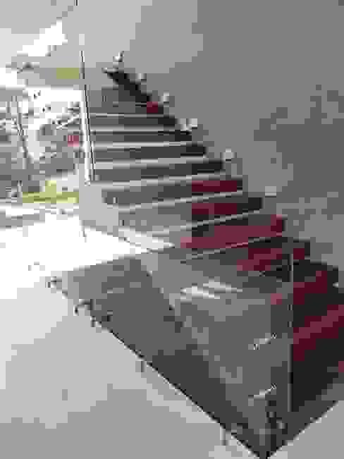 Barandal de Cristal Templado sin Pasamanos INGENIERIA Y DISEÑO EN CRISTAL, S.A. DE C.V. Escaleras Vidrio Acabado en madera