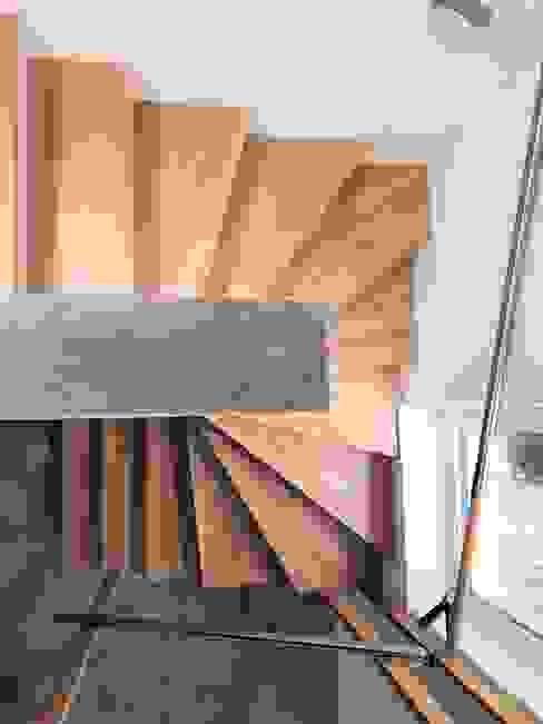 gewendelte Treppe: modern  von archipur Architekten aus Wien,Modern Holz Holznachbildung