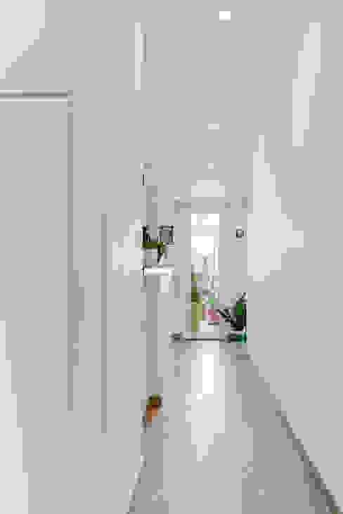 Casa m63 Caleidoscopio Architettura Ingresso, Corridoio & Scale in stile moderno Bianco