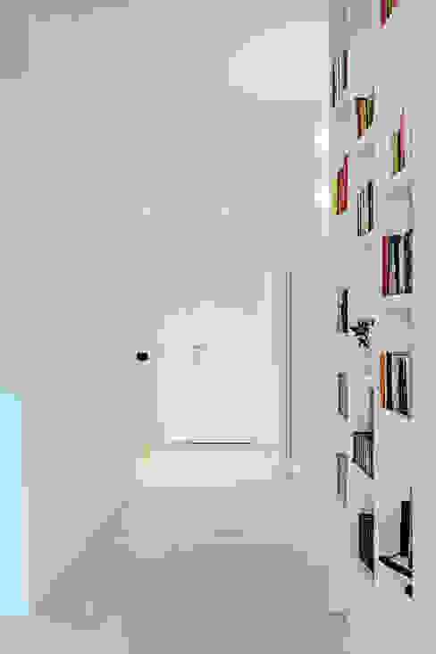 Casa s9 Caleidoscopio Architettura Ingresso, Corridoio & Scale in stile moderno Bianco