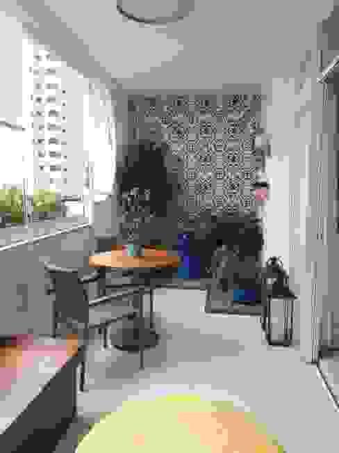 Varanda moderna paula galbi paisagismo Varandas, alpendres e terraços modernos Azulejo Azul