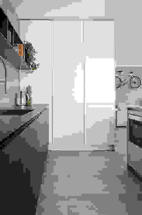 Appartamento T - cucina Cucina moderna di locatelli pepato Moderno Legno Effetto legno