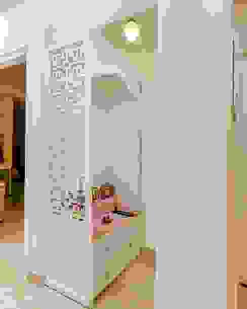 JoyHomes LLP Pasillos, vestíbulos y escaleras de estilo clásico Tablero DM Blanco