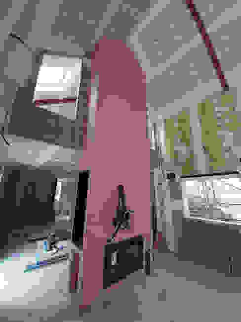 Fase construcción separador de ambientes con estufa de leña a doble cara . GF CONSTRUCCIÓN SOSTENIBLE S.L.U Salones modernos Multicolor