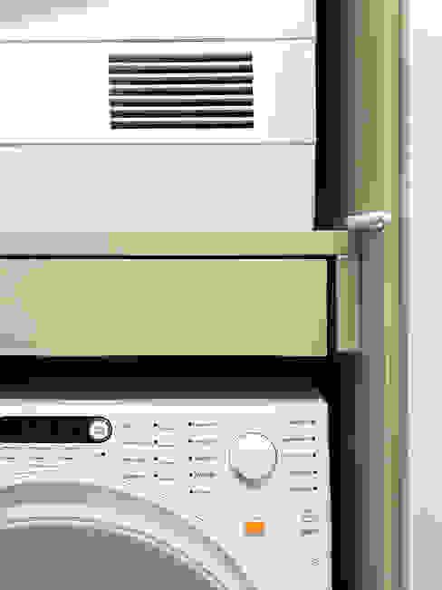 Waschmaschine und Trockner / Einbauschrank studio ap Moderne Badezimmer