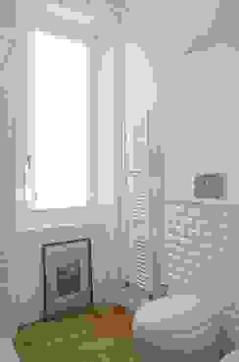 Il bagno legno e diamantine Bagno in stile scandinavo di Angela Baghino Scandinavo