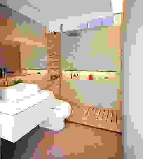 Diseño de Duplex - Miraflores Katherine Quijano - Interiorismo Baños modernos Compuestos de madera y plástico Beige