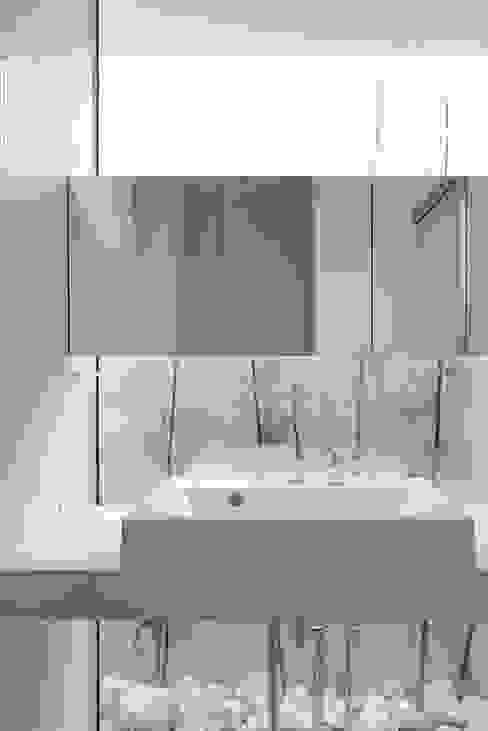 洗面脱衣室 空間建築-傳 モダンスタイルの お風呂 石 白色