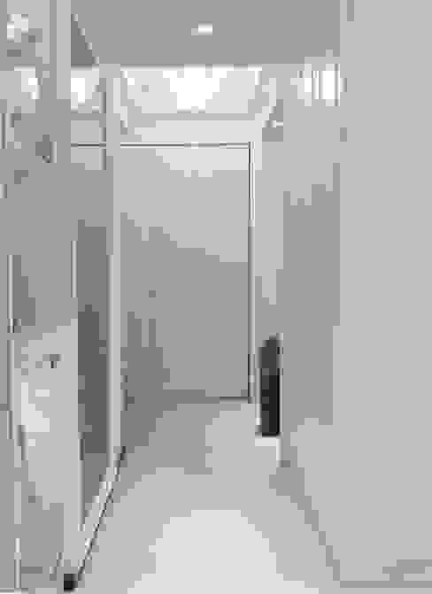 玄關&鞋櫃&開關箱 虹冠室內裝修設計工程公司 經典風格的走廊,走廊和樓梯 White