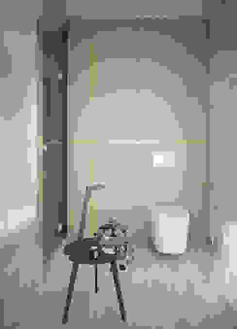 Трехуровневый таунхаус Ванная комната в стиле минимализм от background архитектурная студия Минимализм
