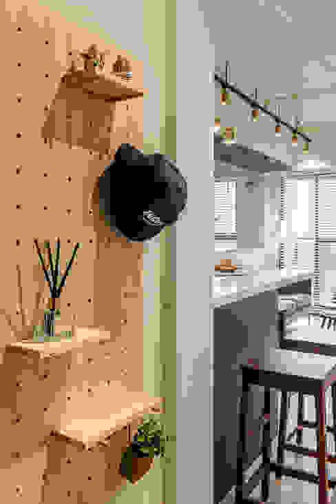 享受陽光通透的日子 實木百葉簾 空間構成:驊揚室內裝修設計 MSBT 幔室布緹 Asian style corridor, hallway & stairs Wood Wood effect