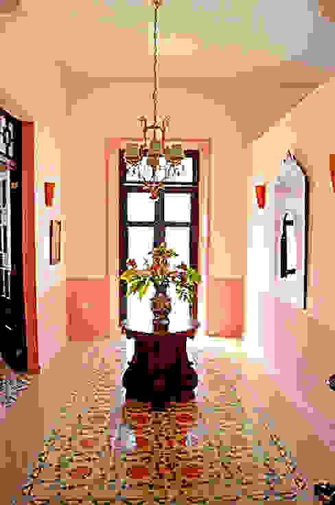Recibidor en calle 60 Merida Architects Pasillos, vestíbulos y escaleras clásicas Piedra Rosa