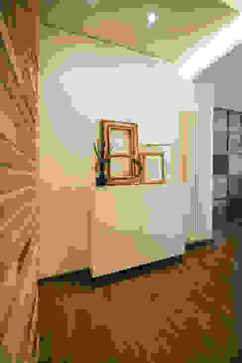 l'ingresso MICHELE VOLPI STUDIO INTERIOR DESIGN Ingresso, Corridoio & Scale in stile moderno