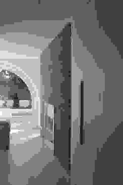 Dormitorio con muro de granito IMAGINEAN Dormitorios de estilo moderno Granito Blanco