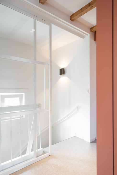 stalen schuifpui naar het trappenhuis Moderne slaapkamers van ÈMCÉ interior architecture Modern