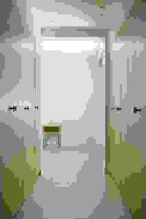 Reforma integral de vivienda en Alicante itta estudio Vestidores de estilo escandinavo