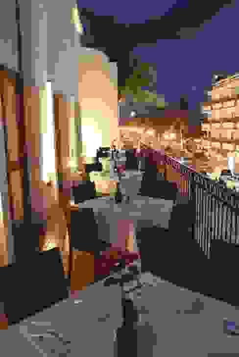 Vista desde la terraza al Malecón de Puerto Vallarta Arechiga y Asociados Balcones y terrazas asiáticos Cerámico Marrón