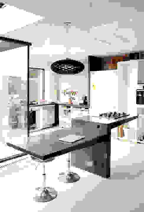 Mesa en hormigón DUQUE & SCHWARTZ Arquitectura y cooperación CocinaMesas, sillas y bancos
