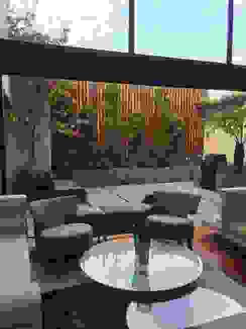 TERRAZA Jardin Urbano Balcones y terrazas modernos