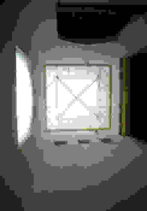 Domo vestibulo de acceso a triple altura Arechiga y Asociados Pasillos, vestíbulos y escaleras minimalistas Vidrio Blanco