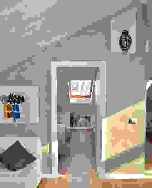 Studio Michetti Modern corridor, hallway & stairs