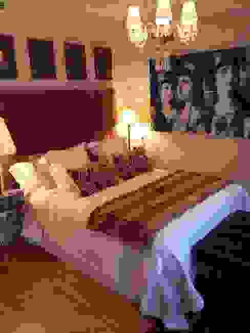 Dormitorio clásico con cuadros modernos. Estudio RYD, S.L. DormitoriosCamas y cabeceros Textil Marrón