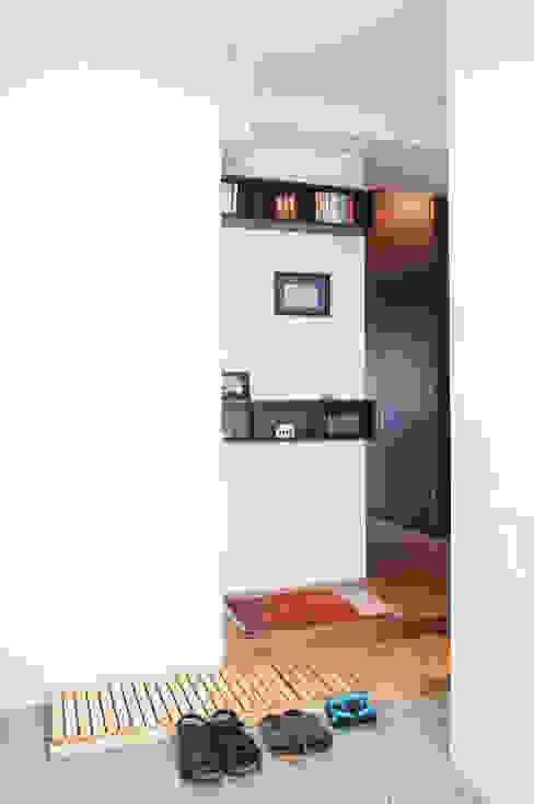 Y邸-写真現像用の暗室と広めの玄関を 株式会社ブルースタジオ モダンスタイルの 玄関&廊下&階段