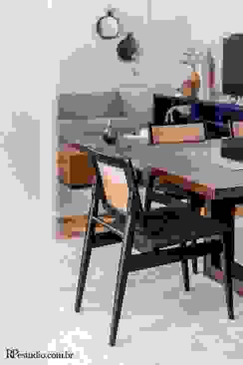 Detalhe cadeira sala de jantar RP Estúdio - Roberta Polito e Luiz Gustavo Campos Salas de jantar modernas