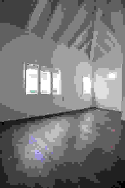 soggiorno con copertura in legno con travi a vista WBA Soggiorno eclettico