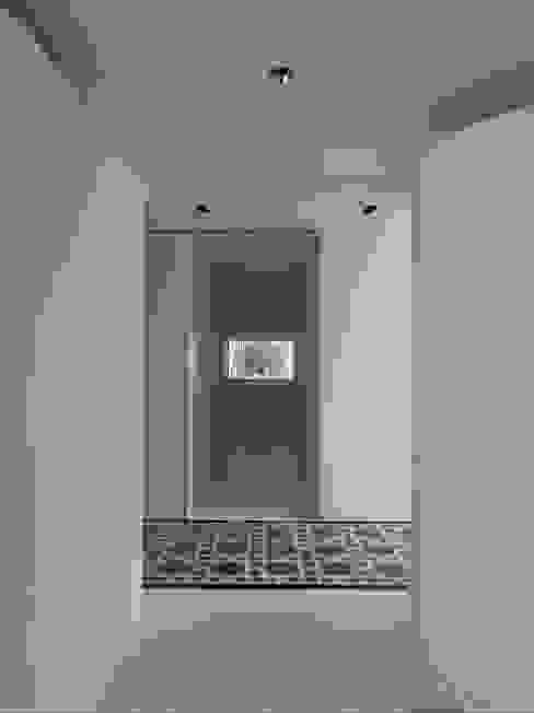 Deep White 福研設計happystudio 現代風玄關、走廊與階梯 磁磚 White