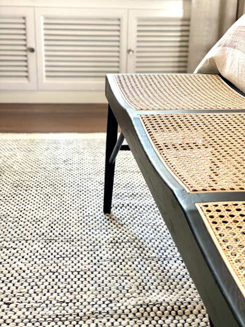 Banco de rejilla y madera lacada en negro para pies de la cama María Del Valle Interior Staging DormitoriosAccesorios y decoración