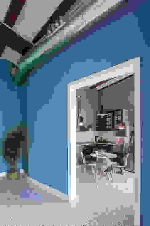 Vivienda en Plaza Redonda tambori arquitectes Salones de estilo moderno Azul