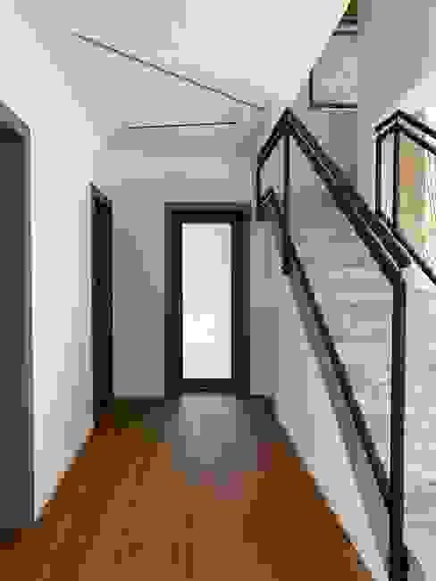 Disimpegno ELISA DORIGO Ingresso, Corridoio & Scale in stile minimalista