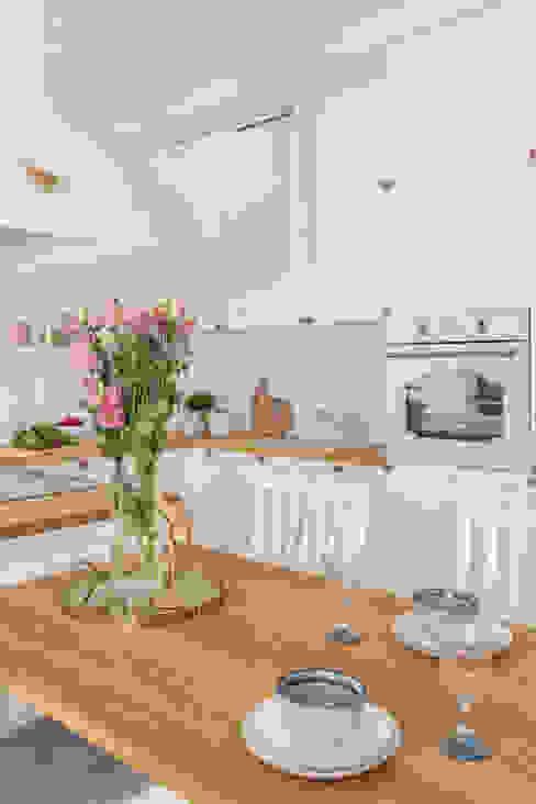 ROMANTYCZNE WNĘTRZE W ARTYSTYCZNYM DUCHU Pracownia Architektury Wnętrz Decoroom Rustykalna kuchnia