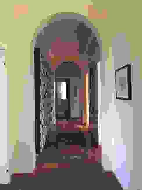 Ingresso aperto verso la zona soggiorno - pranzo - studio Eikon Ingresso, Corridoio & Scale in stile classico Legno Beige