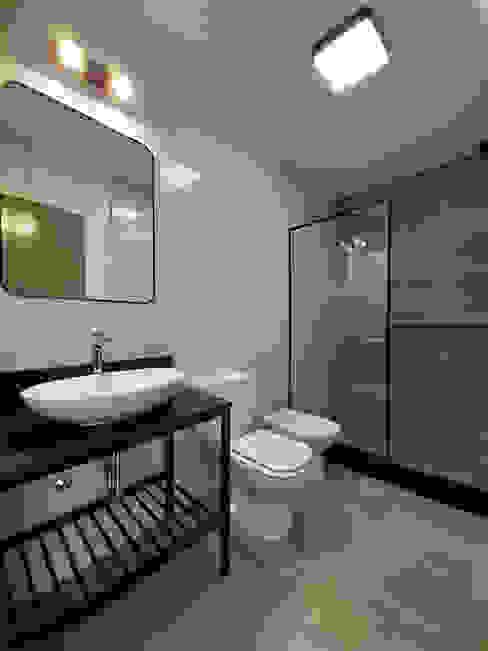Baño con ducha estilo industrial SZTRUM | Estudio de arquitectura y diseño Baños minimalistas Acabado en madera