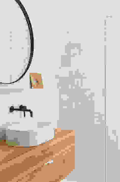 Baño vivienda en calle Sandoval (Casa BV) Plantea Estudio Baños de estilo escandinavo