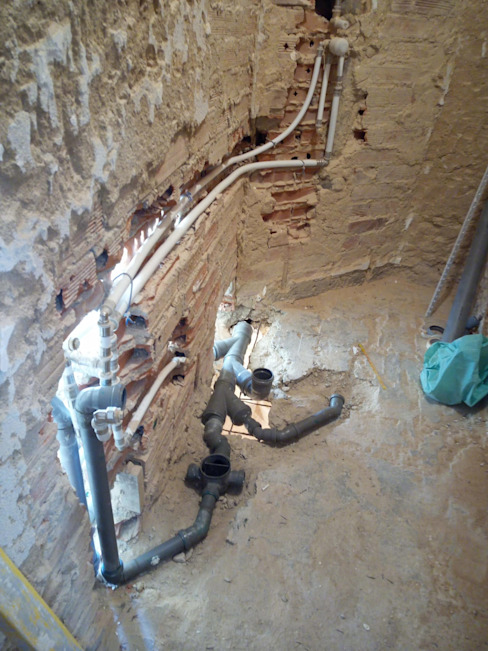 Casa de banho em bruto: canalização e esgoto Home 'N Joy Remodelações Casas de banho clássicas