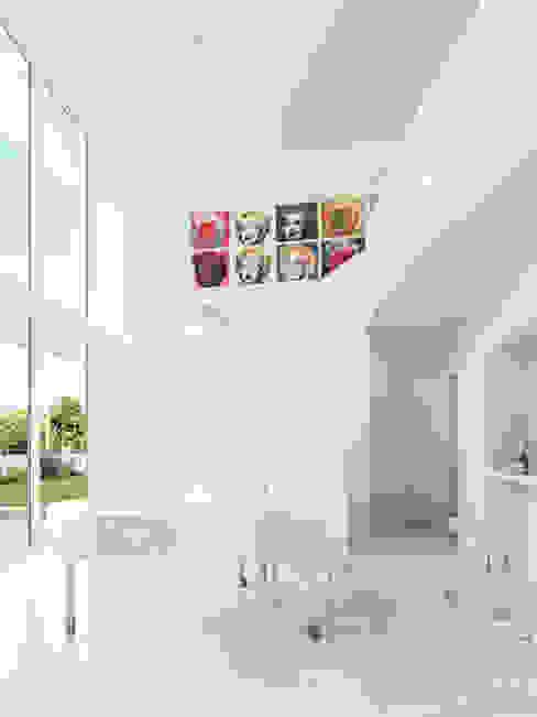 SALA DE ESTAR. SALON. LIVING ROOM MA.TERIA. ARCHITECTURE SOLUTIONS Salas de estar minimalistas Betão Branco