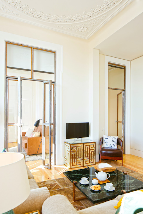 SALA DE ESTAR. SEJOUR. LIVING ROOM MA.TERIA. ARCHITECTURE SOLUTIONS Salas de estar ecléticas Ambar/dourado