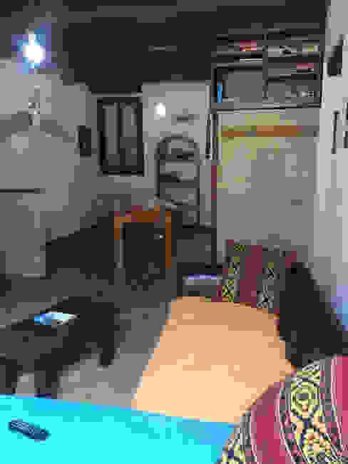 Foto INGRESSO appartamento ristrutturato in vendita, PRIMA del nostro intervento PROPERTY TALES Soggiorno in stile rustico