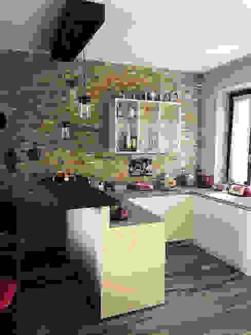 Penisola colazione con lampade a sospensione Angela Archinà Progettazione & Interior Design Cucina attrezzata