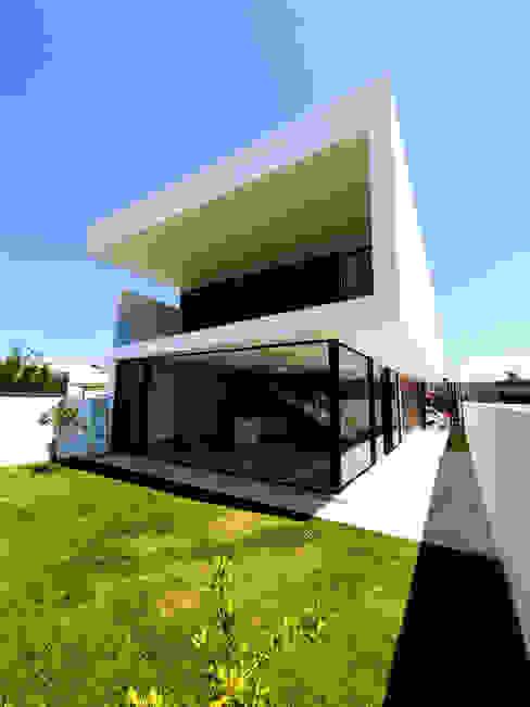 Fachada posterior, casa moderna con volados, ventanales de cristal y espacios abiertos DOS Arquitectura y construcción Casas modernas Blanco