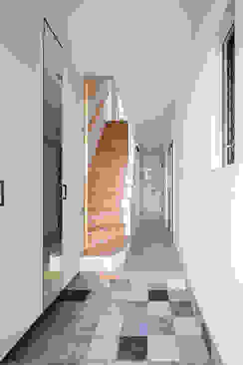エントランス 一級建築士事務所アトリエm 北欧スタイルの 玄関&廊下&階段