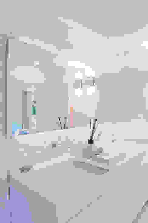 Atelier Renata Santos Machado Ванна кімната Білий