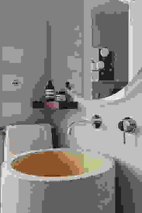 Bagno ospiti Bagno minimalista di manuarino architettura design comunicazione Minimalista Cemento