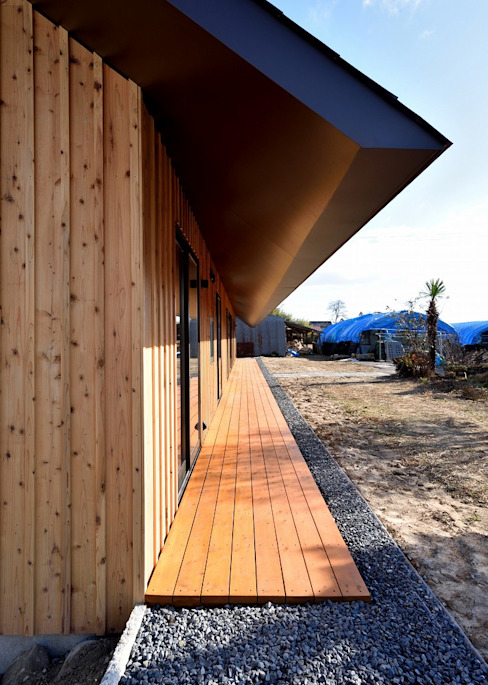 三本木の家 アプローチ 一級建築士事務所サトウプラス 切妻屋根 木