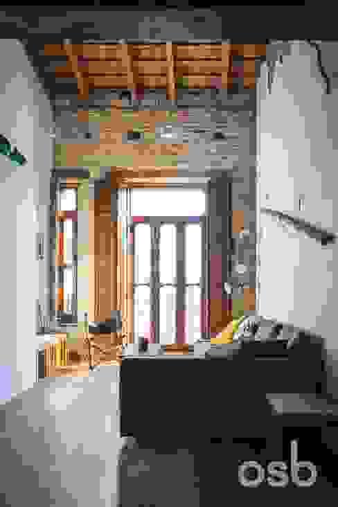 salón abierto osb arquitectos Salones rústicos de estilo rústico Acabado en madera