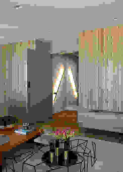 Hall de entrada DCC by Next arquitetura Salas de estar mediterrâneas Madeira Bege