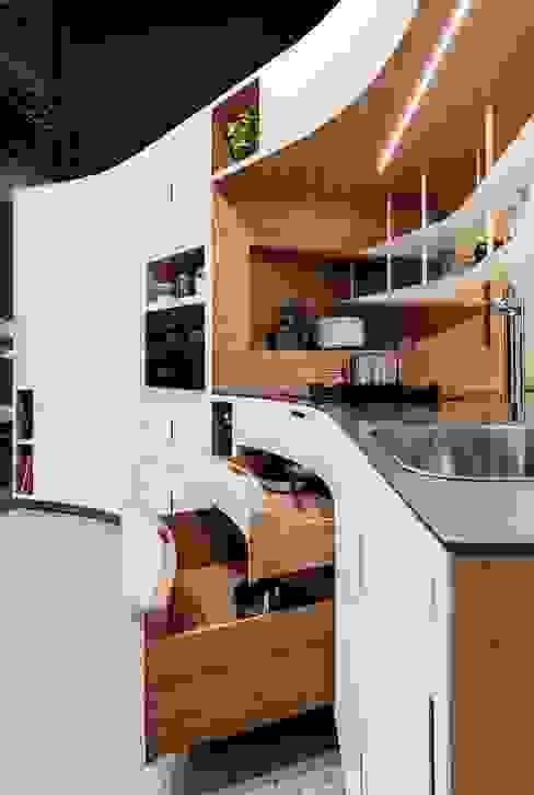 Cuisine et buffet sur-mesure conçu, produit et installé par JOA JOA Cuisine intégrée Fer / Acier Blanc